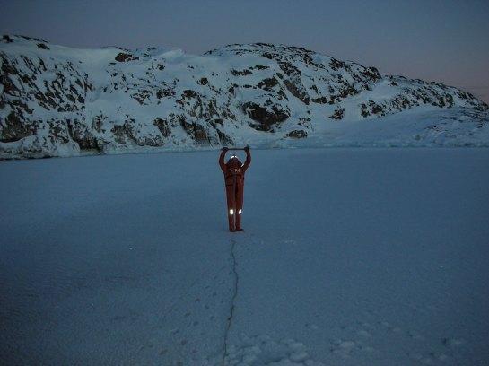 Tress : Ça tient !… Vérification faite par la suite, l'épaisseur de la glace proprement dite, sous neige et glace mouillée, est de 5 cm !