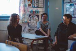 Utsi parlant en norvégien avec Oïjha, Hane au fond, l'autre institutrice