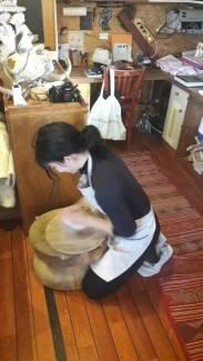 Cécile prépare sa porcelaine