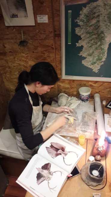 Cécile réalise un bois de caribou en porcelaine.